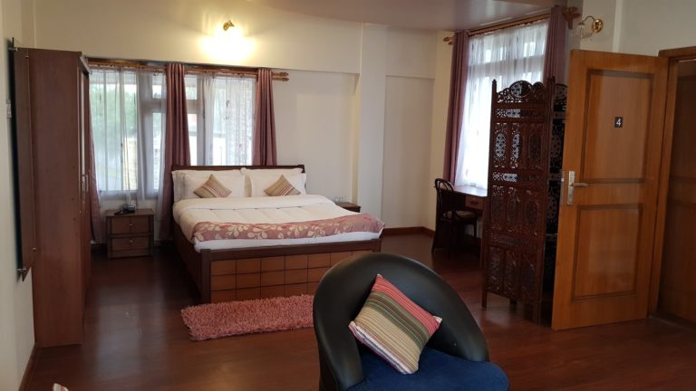 woodland hill stay king room with MV14